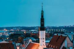 Tallinn, Estland Turm der Kirche des heiligen Geistes oder des Heiliger Geist im Winter Stockfoto