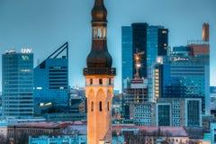 Tallinn, Estland Turm der Stadt Hall On Background With Modern U lizenzfreies stockfoto