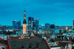 Tallinn, Estland Turm von städtischen Wolkenkratzern Stadt-Hall On Background With Moderns stockfoto