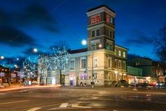 Tallinn, Estonia Casa vieja del edificio en la iluminación en la iluminación de la tarde o de la noche en centro de ciudad Imagen de archivo libre de regalías
