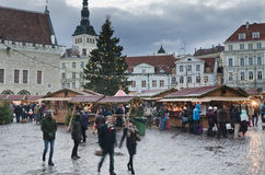 TALLINN, ESTONIA — 1 DE DICIEMBRE: La gente disfruta del mercado de la Navidad Fotografía de archivo