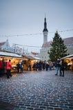TALLINN, ESTONIA — 8 DE DICIEMBRE: La gente disfruta del mercado de la Navidad Fotografía de archivo