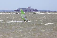 Tallinn, Estonia - 10 de julio: Viento que practica surf en el mar Báltico Tallinn, Imágenes de archivo libres de regalías