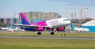 Tallinn, Estonia - 3 de junio de 2019: Aviones HA-LWS Wizz Air de Airbus A320-232 fotos de archivo