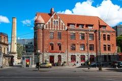 TALLINN, ESTONIA - 21 de junio de 2014: Un edificio de ladrillo viejo del ladrillo rojo con el tejado tejado en el centro de la c Foto de archivo libre de regalías