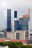 TALLINN, ESTONIA 17 DE JUNIO: Vista de los altos edificios modernos de la subida en la frontera con una vieja parte de la ciudad  Fotos de archivo libres de regalías