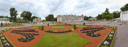 TALLINN, ESTONIA 7 DE SEPTIEMBRE DE 2015: Palacio de Kadriorg, en el parque de Kadriorg el 7 de septiembre de 2015 en Tallinn, Es Imagen de archivo