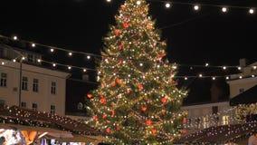 Tallinn, Estonia-diciembre 25,2017: Día de fiesta justo con las luces de la noche del árbol de navidad metrajes
