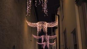 Tallinn, Estonia-diciembre 25,2017: Luces de la Navidad que cuelgan entre los edificios metrajes