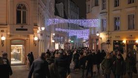 Tallinn, Estonia-diciembre 25,2017: Mucha gente que camina en ciudad vieja en la Navidad metrajes