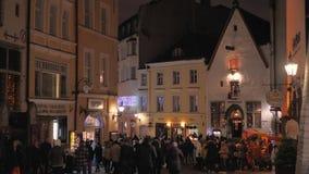 Tallinn, Estonia-diciembre 25,2017: Mucha gente que camina en ciudad vieja en la Navidad almacen de video