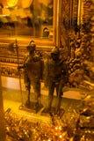 Tallinn, Estonia: Estatuas de los caballeros medievales del oro en la tienda de souvenirs fotos de archivo libres de regalías