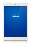 Tallinn, Estonia - 25 febbraio 2014: Facebook è un soci online Fotografie Stock
