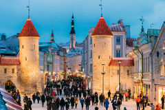 Tallinn, Estonia Gente que camina cerca de la puerta famosa de Viru de la señal Foto de archivo