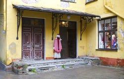 TALLINN, ESTONIA 17 GIUGNO 2012: il negozio di ricordo sulla via di vecchia città a Tallinn, Estonia Immagine Stock Libera da Diritti