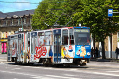 TALLINN, ESTONIA - 21 giugno 2014: Tram con Pepsi di pubblicità luminoso nel centro urbano Fotografia Stock Libera da Diritti