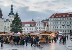 TALLINN ESTONIA, GRUDZIEŃ, — 01: Ludzie cieszą się boże narodzenie rynek Zdjęcie Stock
