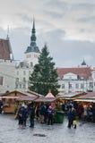 TALLINN ESTONIA, GRUDZIEŃ, — 01: Ludzie cieszą się boże narodzenie rynek Obrazy Stock