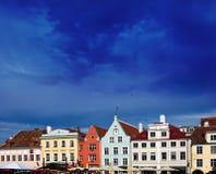 Tallinn, Estonia. Jaskrawi multicolor domy na urzędu miasta kwadracie. Obraz Royalty Free