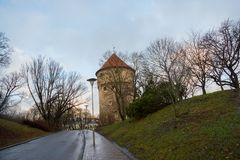 Tallinn, Estonia: Kiek in de Kok Museum e tunnel del bastione in muro di cinta difensivo medievale di Tallinn immagine stock