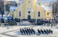 TALLINN, ESTONIA - la celebración del día de independencia y las fuerzas de defensa desfilan en cuadrado de la libertad Fotos de archivo libres de regalías