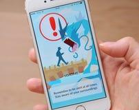 Tallinn, Estonia - 20 luglio 2016: La cautela consiglia i giocatori di essere informati dei dintorni mentre gioca Pokemon va Immagine Stock Libera da Diritti