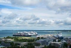 TALLINN, ESTONIA - 22 LUGLIO 2015: Terminale del traghetto di porta di Tallinn e di grandi navi da crociera, una visualizzazione  Immagine Stock