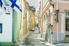 TALLINN, ESTONIA - 3 MARZO 2013 - vista della via di sauna e della via di Viru in primavera Centro storico della citt? fotografia stock libera da diritti