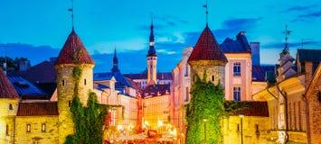 Tallinn, Estonia Opinión de la noche de la puerta de Viru - capital estonio de la vieja arquitectura de la ciudad de la parte Fotos de archivo libres de regalías