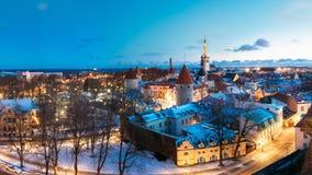 Tallinn, Estonia Panorama delle Camere medievali tradizionali, vecchie vie strette Fotografia Stock