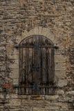 Tallinn, Estonia: Puerta de madera vieja en la pared y las torres de la fortaleza imagenes de archivo