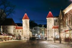 Tallinn, Estonia Puerta famosa de Viru de la señal en el alumbrado público A Fotografía de archivo