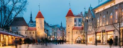 Tallinn, Estonia Puerta famosa de Viru de la señal en el alumbrado público en la iluminación de la tarde o de la noche La Navidad Fotografía de archivo libre de regalías