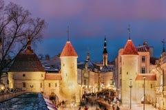 Tallinn, Estonia Puerta famosa de Viru de la señal en el alumbrado público A Fotos de archivo