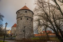 Tallinn, Estonia: St Nicholas «kościół, Niguliste kirik Kiek w De Kok Muzeum i bastionów tunelach w średniowiecznej Tallinn defen fotografia stock