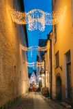 Tallinn, Estonia Vista de la calle de Raekoja en luces festivas de la iluminación de Navidad del Año Nuevo de la Navidad Fotografía de archivo libre de regalías