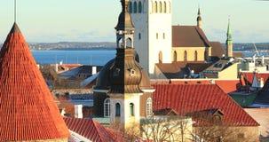 Tallinn, Estonia Vista panorámica de la pieza de la pared de la ciudad de Tallinn con las torres Paredes viejas de Tallinn Lugar  almacen de video