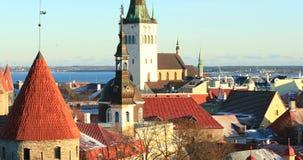 Tallinn, Estonia Vista panorámica de la pieza de la pared de la ciudad de Tallinn con las torres Paredes viejas de Tallinn Lugar  metrajes