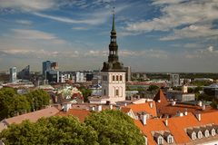 TALLINN, ESTONIA - widok od Dzwonkowy wierza Maryjna ` s katedra, Toompea wzgórze przy Starym miasteczkiem i Nowożytny Tallinn ko Zdjęcie Royalty Free