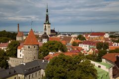 TALLINN, ESTONIA - widok od Viewing punktu Kohtuotsa, Toompea wzgórze przy Starym miasteczka, St Olaf ` s, kościół, morze bałtyck Fotografia Stock