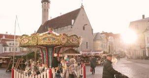 Tallinn, Estonie - 22 décembre 2017 : Marché traditionnel de carrousel et de Noël de vacances de Noël dans vieux hôtel de ville clips vidéos