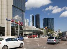 TALLINN, ESTONIE 17 JUIN : Vue des bâtiments ayant beaucoup d'étages modernes à la frontière avec une vieille partie de la ville  Photographie stock libre de droits