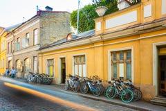 Tallinn, Estonie La location de bicyclettes fait du vélo se garer près de la vieille Chambre dans la vieille ville de partie dans Image stock