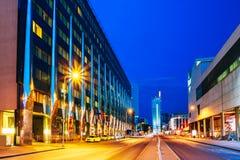 Tallinn, Estonie Vue de nuit du bâtiment d'hôtel dans l'illumination de soirée ou de nuit sur A Rue de Laikmaa Image libre de droits