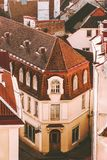 Tallinn gammal stad som bygger sikt för traditionell arkitektur för belade med tegel tak flyg- arkivfoto