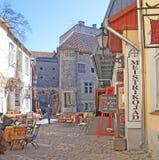 tallinn L'Estonia Negozi del caffè e del souvenr dell'aria aperta Immagine Stock