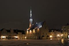 Tallinn. l'Estonie. Nuit sur le remorquage Images stock
