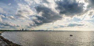 Tallinn miasta zatoki panorama z scenicznym cloudscape Fotografia Stock