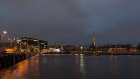 Tallinn, nachtcityscape stock afbeelding