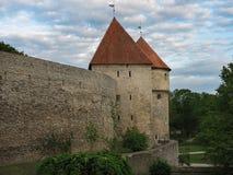 tallinn TTallinn эстония 2 старых средневековых башни и стены, и голубого небо с облаками как предпосылка ` S крыши башен c стоковые фото